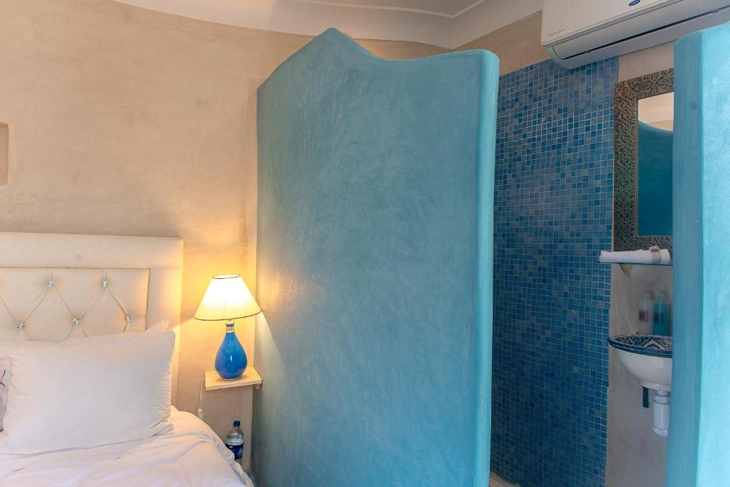"""style=""""vertical-align:middle""""></img> Chambre Bahia  <img src=""""http://www.samirariads.com/wp-content/uploads/2017/02/favicon-main-fatma-blanc-20-20.png"""" style=""""vertical-align:middle""""></img>"""
